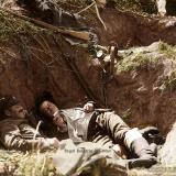 Войници си почиват в окопа си