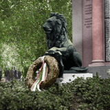 Лъвът пред плочите на 1-ви и 6-ти пех. полкове