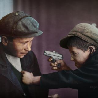 Деца позират с пистолет-играчка